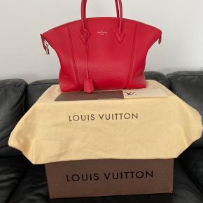 Lockit MM Taurillon Leather, Rubis. Eksklusiv Louis Vuitton taske, som var solgt i begrænset antal. Købt for 23.400 kr. i 2015. Der var solgt to i København.  Brugt en gang (til en veninde shoppingtur på Strøget og hjem igen), da den passer desværre ikke med min cyklende livstil med to børn og arbejde.  Tasken fremstår fuldstændig som ny, ikke en eneste rids ellers plet - jeg trak næsten ikke vejret mens jeg gik med den 🤪 Den kan købes i Frankrig, Spanien og USA nu men kun i sort og beige farve til en meget højere pris. Kvittering og original emballage hæves.