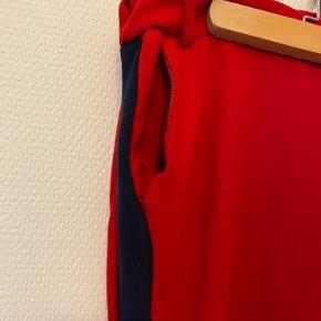 Fede røde bukser med mørkeblå detalje og lommer🌹 Kan bindes i livet Skriv til mig, hvis du vil købe for 200kr eller mere, så er der gratis fragt! Kan også afhentes gratis✨