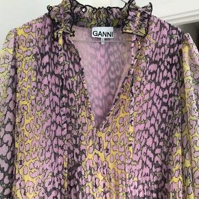Overvejer! At sælge min flotte kjole fra Ganni! Forbeholder mig retten til at sige nej.  Np var 1700 Mp er 1300