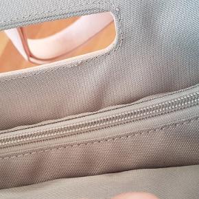 Skuldertaske fra ZWEI shopper S12, hvor hanken kan forlænges. Der er gode lommer inden i tasken og en nøglestrop som sættes på med tryklås. Farven beskrives som nude med pipingkanter og for. Højde fra bund til øverst: 35 cm og bredde 30 cm og dybde: 6 cm.  #30dayssellout