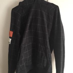 Hej! Jeg sælger min Champion x Wood Wood hoodie, da jeg ikke rigtig får den brugt mere. Den er brugt, men er blevet taget godt hånd om, så der ikke er nogle fejl at finde på den, udover originale brugstegn. Det er en størrelse XL, men den fitter lidt mindre. Jeg sælger den til 325kr. Hvis du har nogle spørgsmål til trøjen så spørg løs og jeg svarer hurtigst muligt!  Tjek gerne mine andre annoncer ud for en masse billige ting!