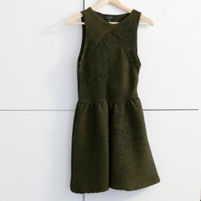 En military green kjole brugt et par gange. Passer M og S. Kan hentes i Charlottenlund eller København.