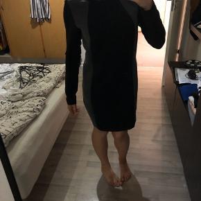Grå og sort kjole