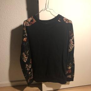 Sort sweatshirt med blomstrede ærmer