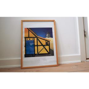 - Skagens plakat  - Sælges uden ramme  - Mål: 41x 29,5 cm - plakaten kan foldes så den passer ind i forskellige rammer, da den har et bredt hvidt stykke i bund og top - Kunstner: Ole Laasby - Rimeligt tykt materiale sammenlignet med andre plakater   Styling: -Perfekt til en ramme-væg eller som pynt til skrivebordet.  Kan selfølgelig også bruges til et sommerhus.