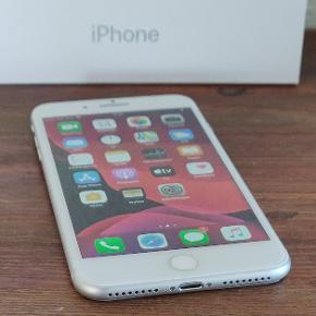 iPhone 8 Plus 256 GB. Utroligt velholdt og kun brugt kortvarigt. Fremstår nærmest som ny og batteri er også i super stand med en kapacitet på 97%. Komplet med Apple høretelefoner, oplader, ladekabel og ned nyt gennemsigtigt silikone cover. Leveres i original æske og med håndskrevet kvittering. Opdateret til nyeste iOS, nulstillet og slettet fra iCloud. Dermed klar til brug af ny ejer 😋