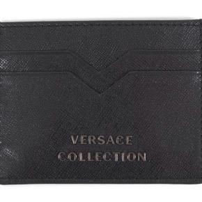 Sort Versace kortholder i god stand, dog med få brugsspor. Mp: 800 kr. Skriv for flere billeder  Ægthedsbevis+æske medfølger