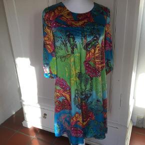 Varetype: Midi Farve: Multi Oprindelig købspris: 900 kr.  Smuk silke kjole sælges. Er som ny. Mp 350 kr incl Porto.