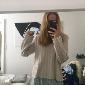 H&M beige sweater, lille str. M