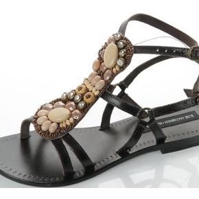 Fede sandaler i ægte læder med fede detaljer.