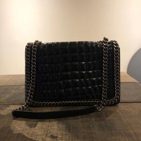 Præget skuldertaske med kæde fra ZARA. 19 x 30 x 10 cm (Højde - Bredde - Dybde) Brugt men i fin stand, med små brugsspor. Tager gerne imod bud.