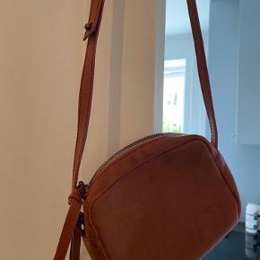 Meget fin lille taske.  Brugt få gange   Måler  Længde: ca 18 cm  Højde: ca 14 cm  5 - 6 cm dyb   Kan justeres i stroppen   Farven er Rosa