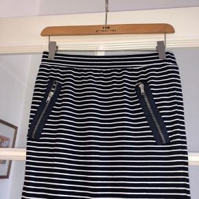 Lækker nederdel i 75%viscose og 25% polyester med eleastik i livet og to lynlåse i siden Livmål: 2*35,5 cm Længde: 55 cm