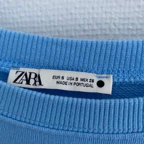 Virkelig flot udgået zara sweatshirt i lyseblå, brugt 1-2 gange. Nb: prisen er uden fragt, fragt er 37,-