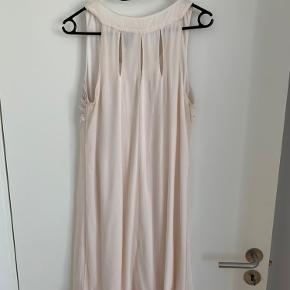 Fin kjole i sart lyserød med fine perle- og palietdetaljer ved brystet samt fin detalje på den øverste del bagpå. Den brugt få gange, men I meget pæn stand. Den er en smule gennemsigtig, så et par små hvide shorts indenunder er godt. Str. M.