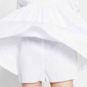 Poplin jumpsuit dress  Virkelig fin kjole med lange ærmer og indershorts i samme stof som kjolen. Der er sidelommer. Knaplukninger i ryggen  #Secondchancesummer