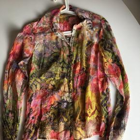 Fin silke skjorte med tryk knapper