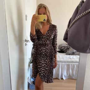 Sælger denne fine slå om-kjole fra Only. Der er nogle røde detaljer forenden af ærmerne  Byd gerne