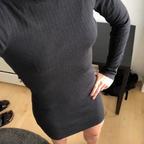 Jeg sælger min elegante og enkle kjole, da jeg ikke får brugt den længere - har kun brugt den meget få gange. Kjolen er helt klassisk sort, med lange ærmer - så den kan bruges til enhver anledning 🤩  (jeg er cirka 1.80cm høj i forhold til billedet) Kjolen kan afhentes i Århus ellers sender jeg gerne gennem DAO.  Skriv endelig ved spørgsmål