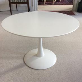 Nanna Ditzel trisse bord, lakeret eg. Nylakeret 75 x 48 Meget trendy og smukt bord