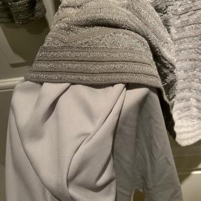 Denne smukke kjole har ALDRIG været brugt💫  Den kan passes af en 36-40 - da der er så meget stræk i.  Den sælges fordi jeg ikke får den brugt.  Der er underkjole med.