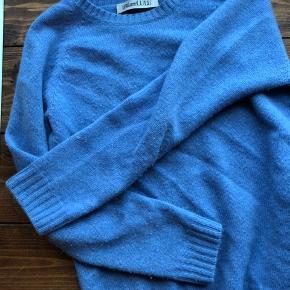 cashmere strik fra iblame lulu i smuk blå farve  den er kun brugt få gange  byd