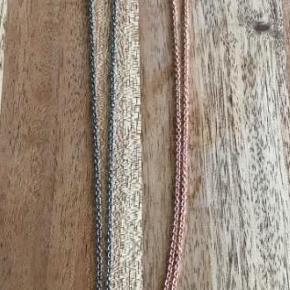 Varetype: Halskæde Størrelse: 2/5 cm Farve: stål-kobber Oprindelig købspris: 300 kr.  BUTIKS OPRYDNING  Har 1 stk tilbage i rosen farven.  man kan hægte et andet vedhæng på hvis man vil  Jeg sender med DAO