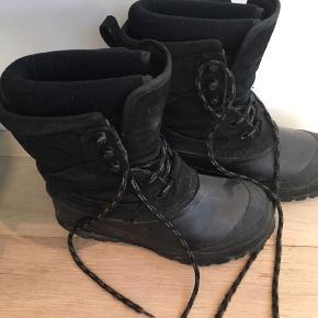 Fede og dejlig varme vinterstøvler med udtagelig indersok, unisex. Sælges billigt, da de desværre er blevet for små. Navn i mærket indeni. Nypris ca. 1000 kr