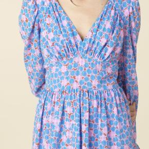 Kun prøvet på. Sælges kun til rette pris. Kjolen er aldrig brugt, kun prøvet på og har stadigvæk prisskilt på. Byd gerne.