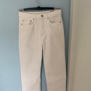 De fedeste jeans fra Weekday i modellen Row W. 26 L. 30 En MEGET lille plet foran (billede 3), men ellers fejler de intet