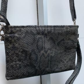 Smuk taske i snake Kan bruges både som cluch eller skuldertaske