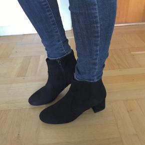 Søgeord: Sko, støvler, boots, læder, ruskind, nubuck, suede, sort, vinter, vinterstøvler, outfit, mærker, trend, støvletter, hæl