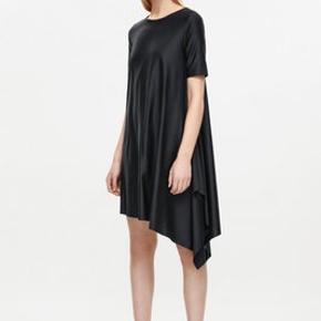 Fin navyblå kjole med asymmetrisk slids. Brugt få gange.