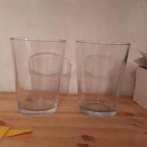 2 glas vaser fra Ikea. Kan feks bruges til orkideer . 20 cm høje. Ingen skår eller revner. Porto 37kr