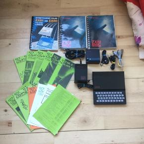 Sjældent udbudt Sinclair zx 81, incl dig kabler, ram modul, programmeringsbøger, mm sælges.   Alt er testet efter, og virker fint..    Dog er antennekablet en smule træt, og trænger til at blive skiftet..    Super fed, og ret sjælden 80'er retro computer..     SE OGSÅ MINE ANDRE ANNONCER.. :D