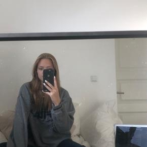 Rigtig fin oversized sweatshirt fra Fila Brugt få gange  Størrelse XL Skriv pb for mere info