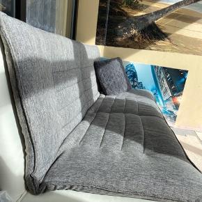 Rigtigt flot grå og hvid sovesofa der kan klappes ned, så der er mere plads når man sover på den. Sofaen er i Flot stand og er blevet læderplejet ved læderet. BYD endelig! :-)