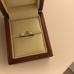 14 kt brillant ring( o,o7 ct) i hvidguld, str.52, kun brugt ganske kort. Nypris ca.3500,-