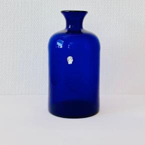 Smuk og sjældent udbudt koboltblå vase med form af standflaske. Designet af Otto Brauer 1960. Påsat label fra Kastrup glasværk. Højde: 26 cm Diameter: 14 cm