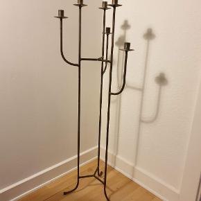 Smedejerns Lysestage med 6 arme i mørkt metal. Den er 105cm høj