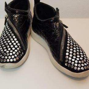 Giuseppe Zanotti sneakers 39, sort med nitter og skrålynlås, brugt få gange, har lidt mærker på den hvide sål (se fotos) men ellers i fin stand. Inkl. shoe bag.