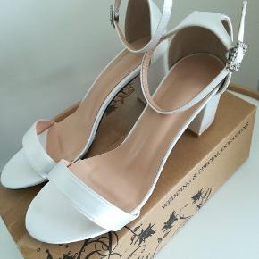 Nye brudesko/bryllupssko  Prøvet på, aldrig været gået i. Passer ikke til min fod da sko modellen er meget smal.
