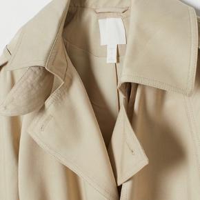 Sælger denne korte trenchcoat jakke fra H&M. Den er brugt 1 gang til en konfirmation, ellers står den som ny🥰💞