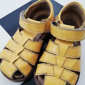Søde gule lak sandaler. Brugt men kan sagtens klare en sæson mere.