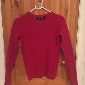 Brugt få gange, superlækker uldflet fra Gant, hindbærrød, ny pris 1300 kr.