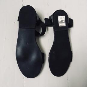 Fine sandaler købt på rejse. De siddet lidt dumt på min hæl, så har aldrig gået med dem.   65 kr. per par.   Sender gerne med DAO for købers regning og bytter desværre ikke.