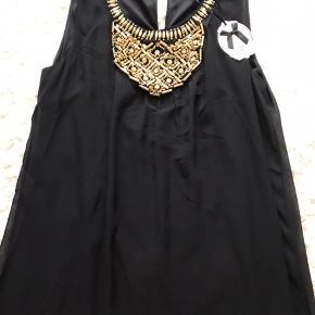 Super flot kjole i to lag, så den ikke er gennemsigtig. Flotte detaljer og den sidder SÅ fint på. Ny med mærke