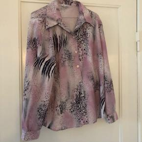 Skjorte med et super flot print. Er lidt i tvivl om størrelsen men svarer ca. til en str. L