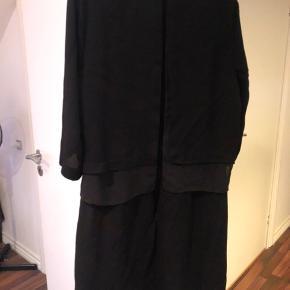 Super smuk og elegant kjole med åben ryg