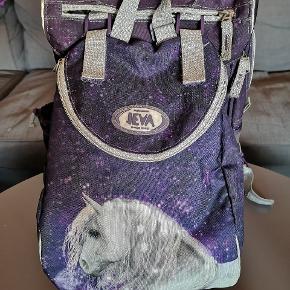 Fin Jeva skoletaske med tilhørende gymnastiktaske, samt matchende penalhus.  Købsprisen for det hele var 1000 kr.